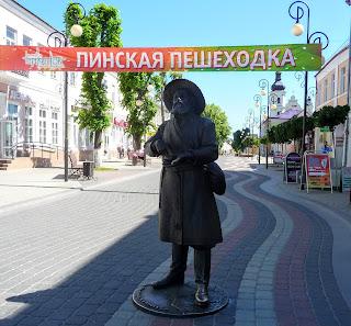 Пінськ. Вул. Леніна. Пішохідна зона. Скульптура пінчука – жителя Полісся