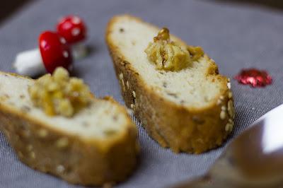 Knusprig gebackenes Brot mit Walnusspaste