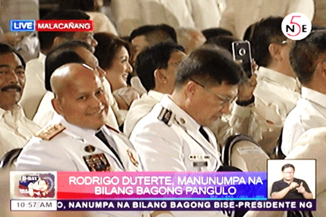 Know The Reason Behind Gen. Bato Dela Rosa's Bobble Head Gesture