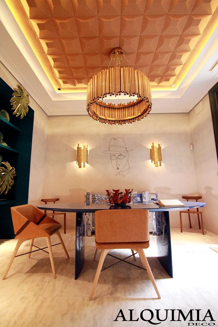 espacio-casa-decor-2016-madrid-lampara-tubos-cobre-decoracion-pared-hojas-doradas-salon-techo-corcho