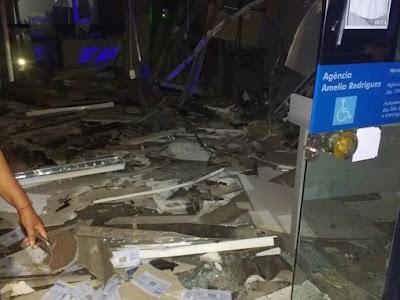 Explosão a banco derruba teto de agência e deixa caixas destruídos