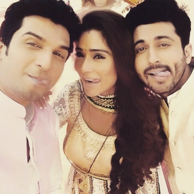 such a cute pic x 😍😍 sara khan , sas urals ima rk a ,, Hot Pics of Sara Khan on sets of Sasural Simar Ka