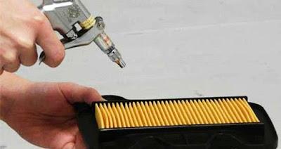memberihkan filter udara motor matic