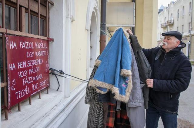 d1d6e4bf49 Az interneten bukkant egy Magyarországon készült fényképre, ez ihlette a  székelyudvarhelyi Rad Aeneas Lászlót arra, hogy létrehozza az Egy kabát  mindenkinek ...