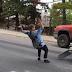 Choc: un skater à deux doigts de se faire écraser par une voiture (vidéo)