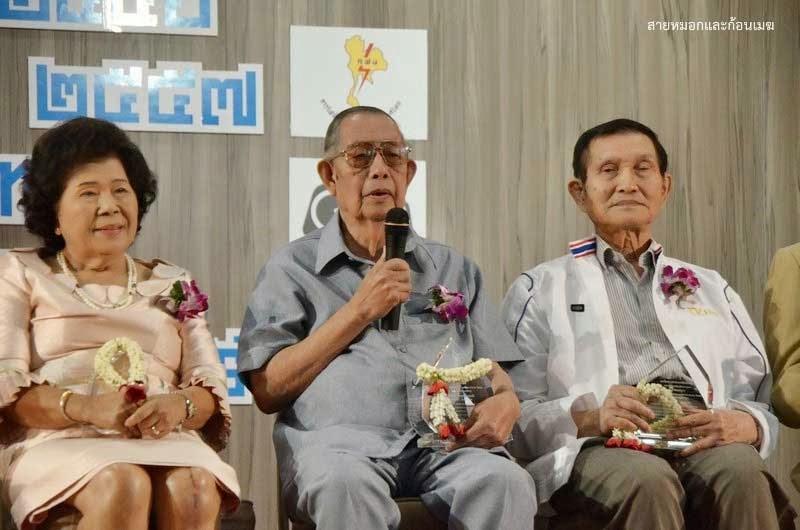 พันเอกไพฑูรย์ นิมิปาล (กลาง) ในงานมอบรางวัลนราธิป ประจำปี 2556
