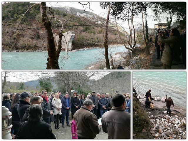 Συγκινητικός και φέτος ο καθαγιασμός των υδάτων στην υπό αναστύλωση, Ιστορική Γέφυρα Πλάκας
