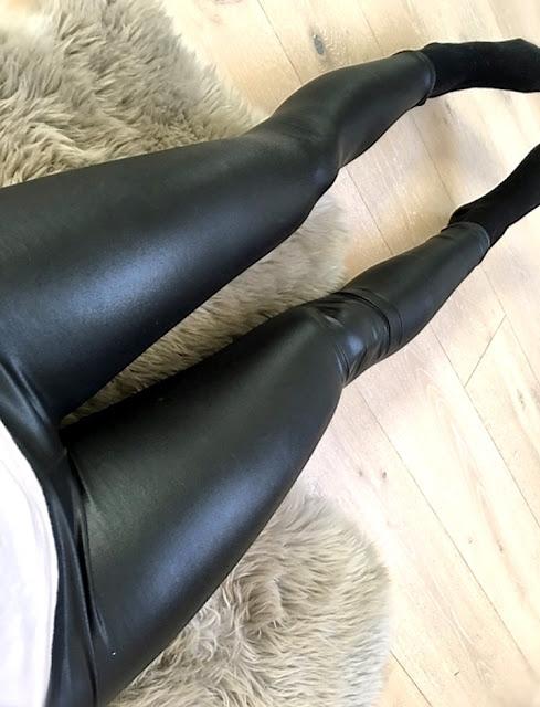 schwarze wetlook leggings - Ukrainische Frau mit sexy Leder Leggings im Wetlook