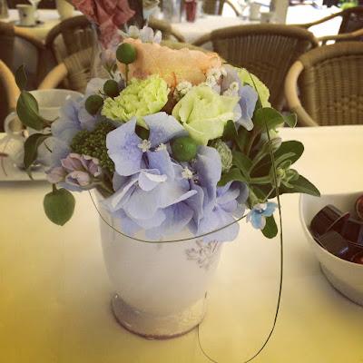 Vintage flower arrangements coral, baby blue, mint - Birdcage vintage wedding - Irish wedding in Bavaria, Riessersee Hotel Garmisch-Partenkirchen, wedding venue abroad