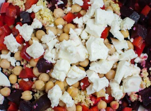 Kolorowa sałatka z pieczonymi burakami i fetą