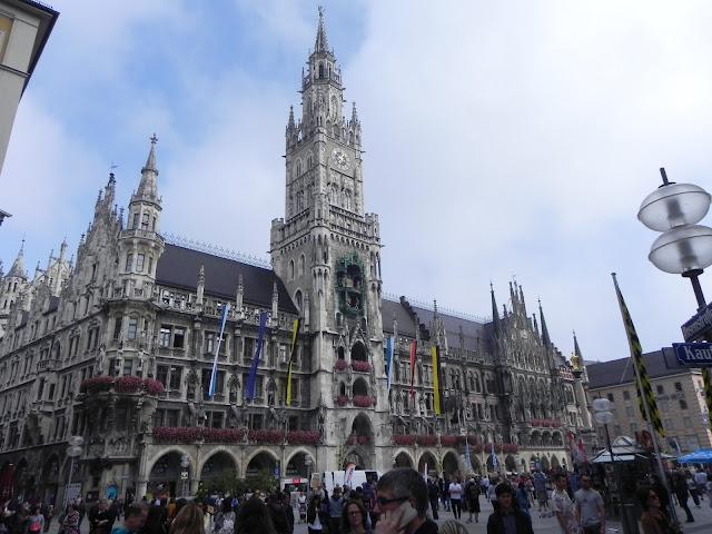Marienplatz com a Mariensäule e Nova Rathaus - Munique - Alemanha
