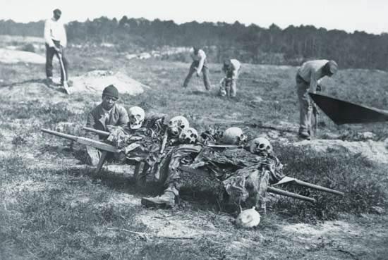 Afroamericanos recogiendo huesos de soldados, Cold Harbour, Virginia,