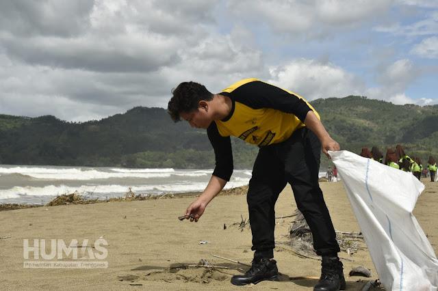Cak Ipin Prihatin Melihat Pantai Dipenuhi Sampah