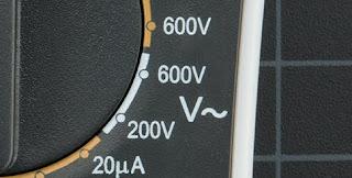 Gambar-Mengukur-Tegangan-Baterai-Menggunakan-Multimeter-3