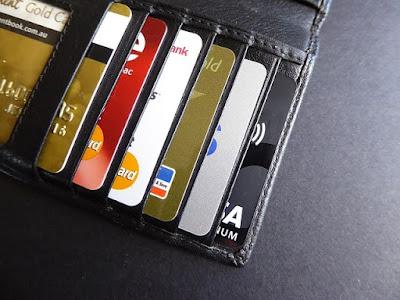 Carteira cheia de cartões de crédito.