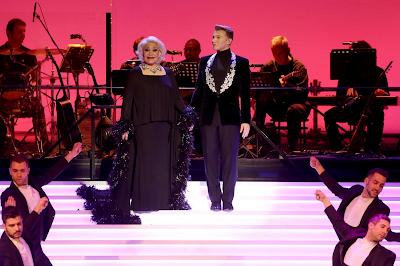 Η Μαρινέλλα και ο Τάκης Ζαχαράτος στην πρεμιέρα της παράστασης «Μαρινέλλα - Ζαχαράτος στον καθρέφτη του Παλλάς», το Σάββατο 31 Δεκεμβρίου 2016.