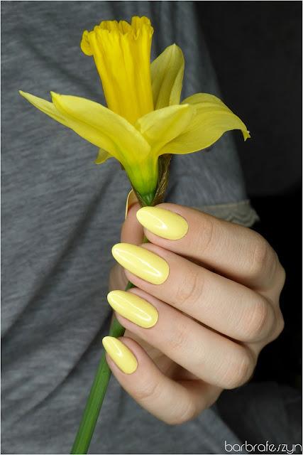 Żólty lakier do paznokci