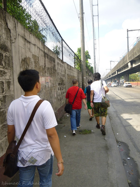 Walking to San Roque de Manila Church