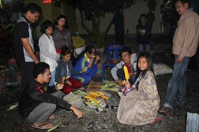 Kami saat asik membakar Jagung di Samosir.