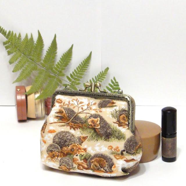 Летняя сумка кошелек на два отделения - ежи, ежик - подарок коллекционеру ежиков. Сумка на цепочке ручной работы