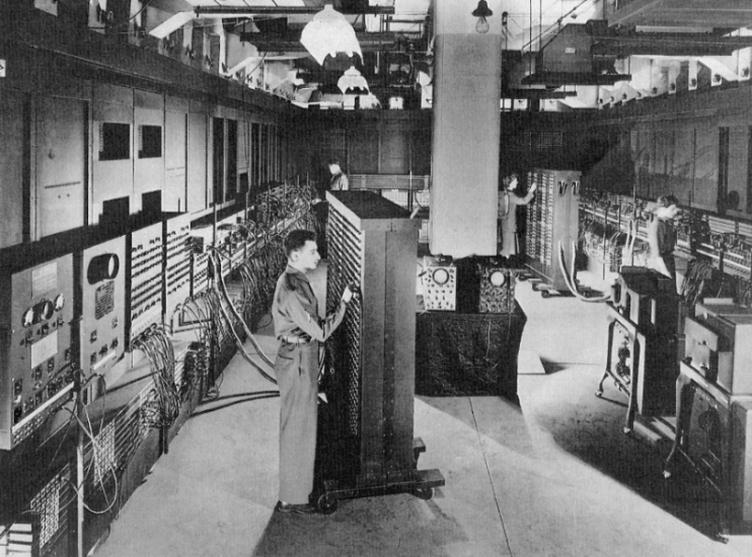 Vista geral do ENIAC em 1946. A máquina ocupava uma sala de 9 x 30 metros.