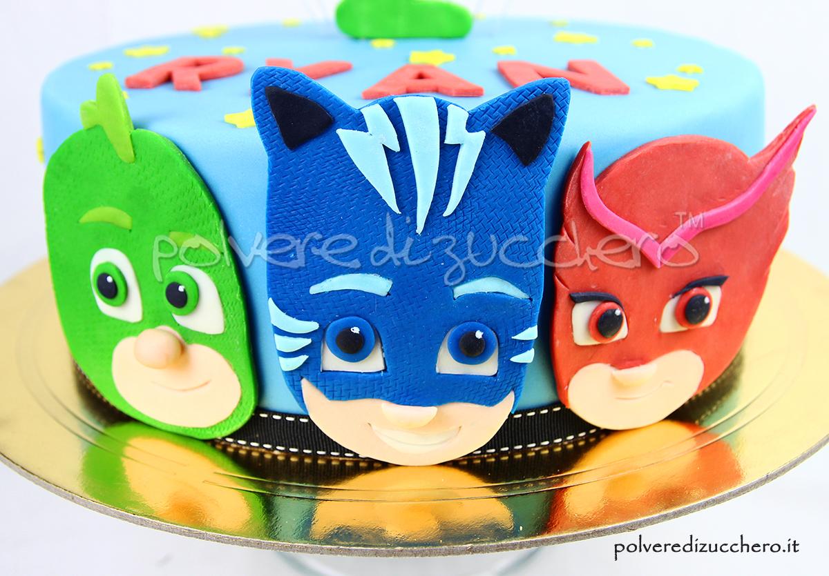 torta decorata in pasta di zucchero con le facce dei pj masks i super pigiamini gattoboy, gufetta e geko