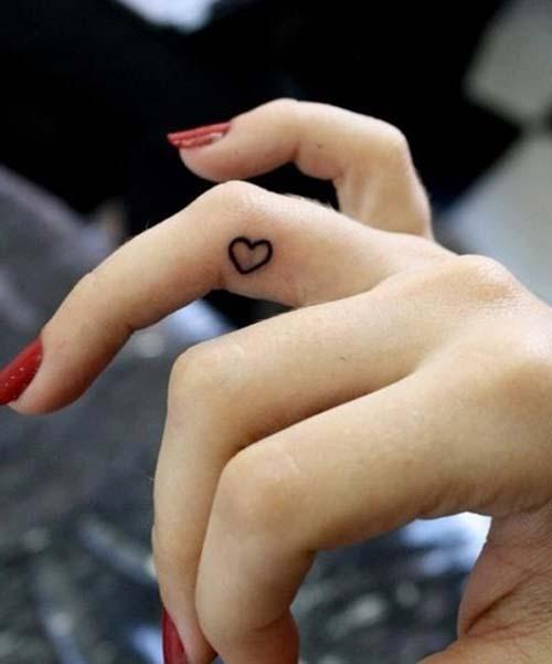 parmak kalp dövmesi finger heart tattoo