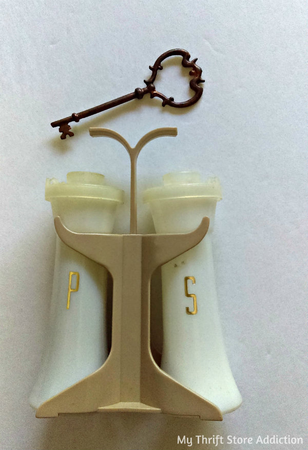 Friday's Find #142 mythriftstoreaddiction.blogspot.com Fabulous finds of the week including these vintage Tupperware salt and pepper shakers available on Etsy ThriftStoreAddiction!