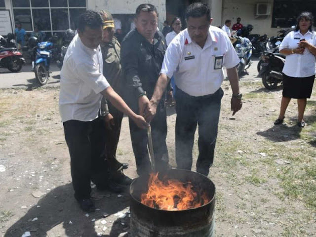 Pemkot Kupang Musnahkan 2629 KTP Elektronik