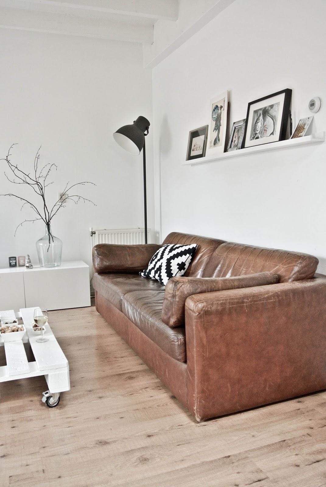Living Room With Brown Leather Sofa Sofascore Barcelona Vs Juventus Lekker Fris