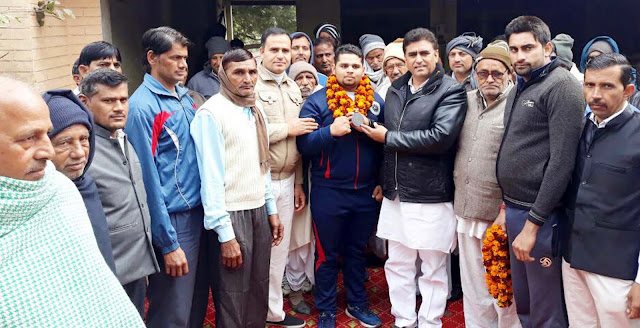 MLA Lalit Nagar gave the bronze medal winner to Akash Tyagi