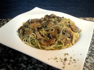 Espaguetis salteados con setas variadas y arómaticas al vino blanco.