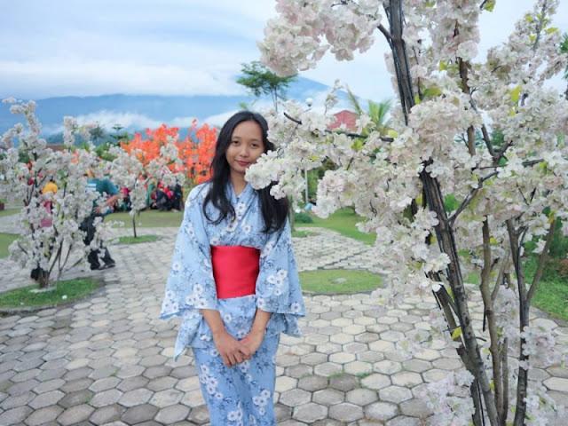 Baju Kimono dan Bunga Sakura Small World Purwokerto