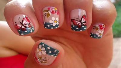 Uñas decoradas con mariposa
