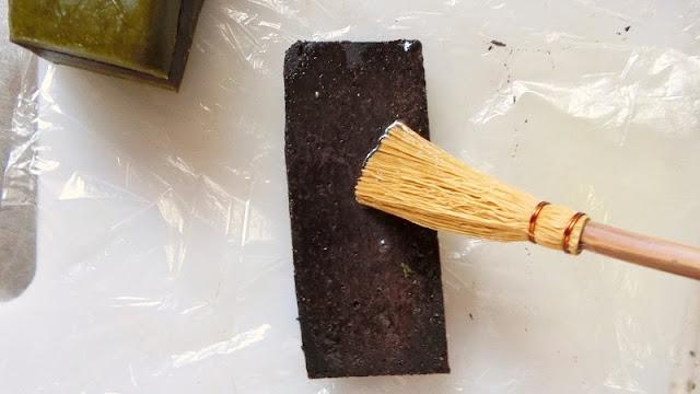 クッキー生地が接する面に卵白を塗って糊代わりにして貼り付ける