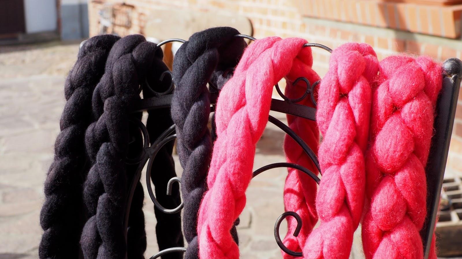 Wolle färben mit simplicol – fertige Kammzüge pink und schwarz