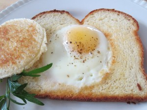 Fried egg in a toast hole