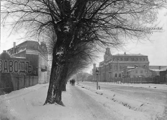 """1908 год. Рига. Skats uz Pleskavas šoseju (tagad Brīvības gatve) pie Krievu sabiedrības """"Vispārējā elektrības kompānija"""" elektrotehniskās rūpnīcas """"Union"""" . Labajā pusē rūpnīcas vadības ēka"""
