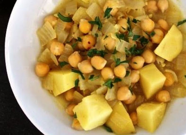 Yakhne helwe (potato and chickpea stew)