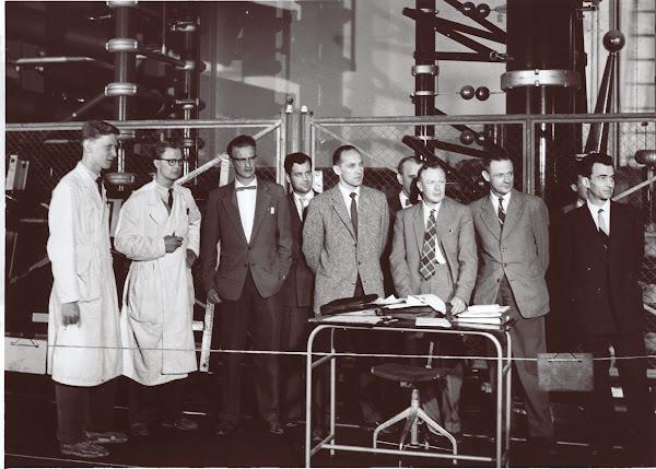 1954年高壓直流輸電系統研發人員於電力設備前合影