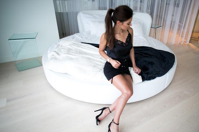 Satynowy top wykończony koronką oraz wiązana spódnica - Czytaj więcej