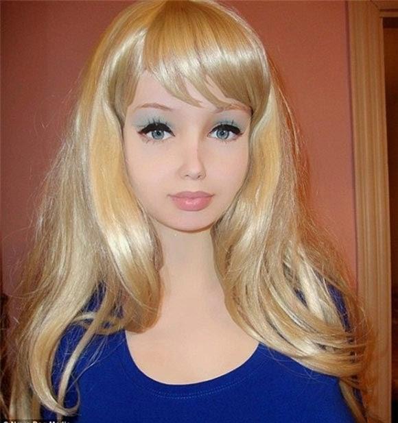 Khó tin với cô gái có gương mặt giống búp bê như đúc