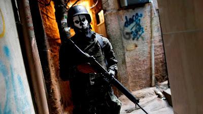 Soldados usando máscaras de caveira durante operação na Rocinha deixam o clima mais tenso