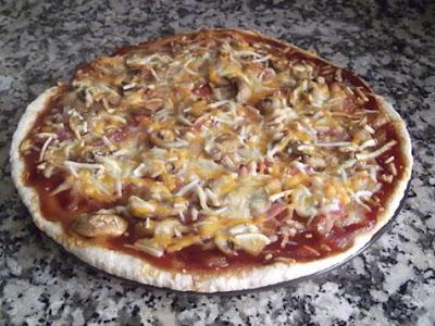 Pizza de cebolla caramelizada con bacon y salsa barbacoa