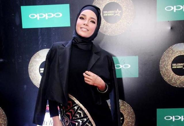 Berpakaian Sopan dan Elegan Cara Dewi Sandra Bahagiakan Suami