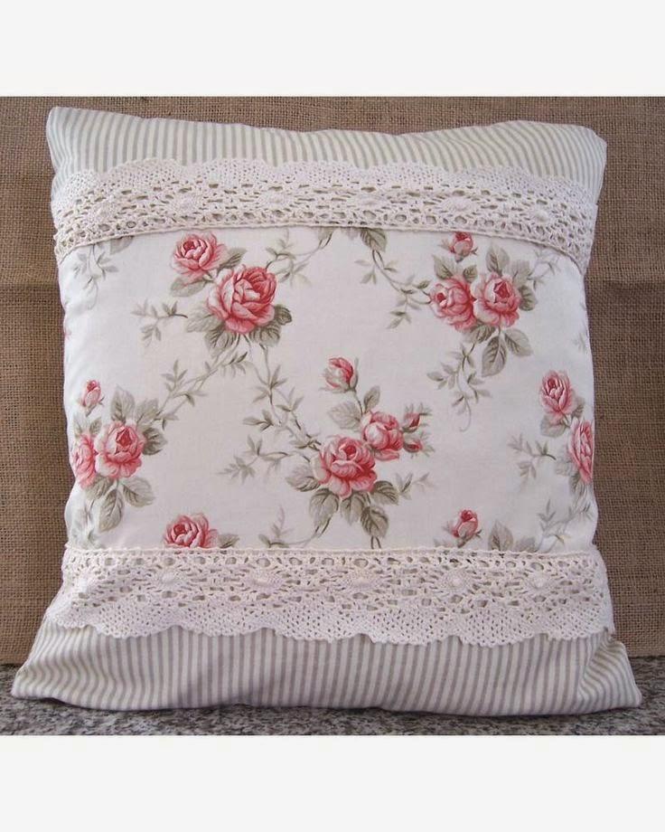 koronka i motyw kwiatowy na poduszce