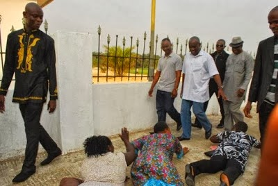 women prostrates for politician