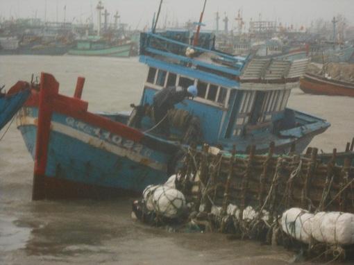 Hỗ trợ chủ tàu cá bị sóng biển đánh chìm