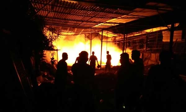 gudang rongsok di sumberjaya majalengka terbakar
