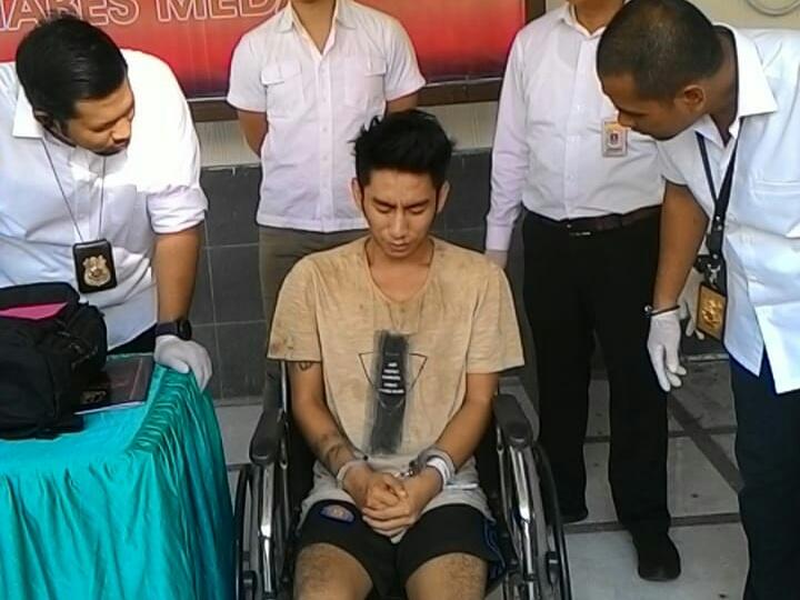 DIDOR:Tersangka saat diinterogasi Kasat Reskrim Polrestabes Medan.
